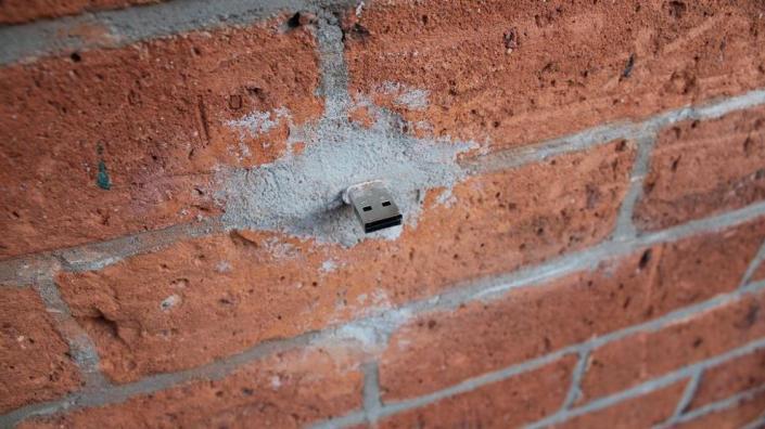 Memoria USB camuflada en una calle de Nueva York