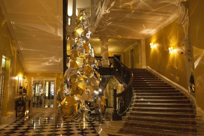 Árbol de navidad del hotel Claridge en 2015, diseñado por Christopher Bailey de Burberry