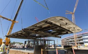 La colocación del techo de la recepción del Campus
