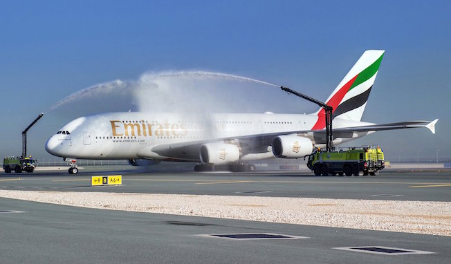 El Airbus A380 de Emirates llegando al aeropuerto de Doha, Qatar, bajo el tradicional arco de agua.